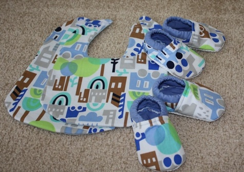 Baby_shoes_and_bibs_large