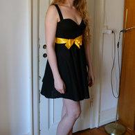 2__henriette_elsine_i_sort_kjole_med_gul_sl_jfe1_listing