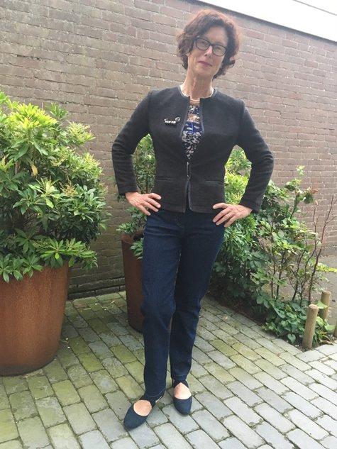 X_jasje_voor_handen_in_zij_large