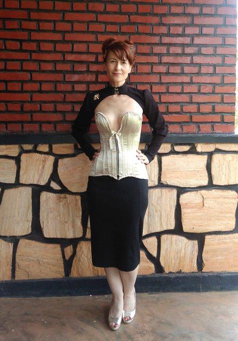 Plunge_corset_front_large